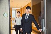 한국인, 부부, 맞벌이, 아침, 출퇴근 (여행하기), 현관 (건축특징), 현관문, 행복, 미소