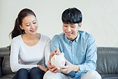 한국인, 부부, 커플, 자산관리, 금융, 돼지저금통, 절약 (컨셉), 저축 (금융아이템), 미소