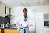 한국인, 뒷모습, 전업아내 (고정관념), 가사 (허드렛일), 부엌 (방), 청소제품 (클리닝도구), 넘긴머리 (헤어스타일), 깨끗함 (좋은상태)