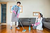 한국인, 부부, 커플, 대청소 (환경보호), 깨끗함 (좋은상태), 위생, 거실
