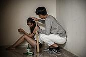 한국인, 남성, 가정폭력, 폭력, 데이트폭력, 범죄, 고통, 만지기 (움직이는활동), 술 (음료), 중독자 (역할)