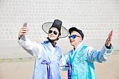 외국인, 백인, 관광, 여행자 (역할), 서울 (대한민국), 광화문, 시티투어, 관광 (여행), 한복, 스마트폰, 셀프카메라 (포즈취하기)