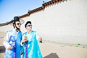 외국인, 백인, 관광, 여행자 (역할), 서울 (대한민국), 광화문, 시티투어, 관광 (여행), 한복, 스마트폰, 미소