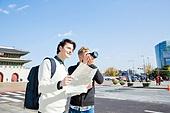 외국인, 백인, 서울 (대한민국), 여행자 (역할), 여행, 카메라, 촬영, 지도, 미소, 응시