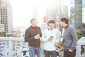 외국인, 남성, 시티투어, 관광, 여행자 (역할), 커피 (뜨거운음료), 일회용컵 (컵), 미소, 한국인, 세명 (여러명[3-5]), 대화, 만족
