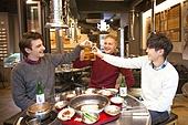외국인, 한국인, 남성, 관광 (여행), 여행자 (역할), 식당, 건배, 회식, 술 (음료), 폭탄주, 숯불구이