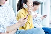 한국인, 대학생, 대학교, 캠퍼스, 복도 (건물의부분), 남성, 스마트폰, 스몸비 (컨셉), SNS, 인터넷서핑 (격언), 통화중 (움직이는활동), 무관심