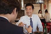 한국인, 남성, 직원모임, 비즈니스맨 (사업가), 회식, 연말, 새해 (홀리데이), 송년회 (파티), 신년회, 신입사원 (화이트칼라), 건배