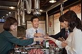 한국인, 남성, 직원모임, 비즈니스맨 (사업가), 회식, 연말, 새해 (홀리데이), 송년회 (파티), 신년회, 신입사원 (화이트칼라), 건배, 미소