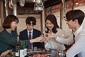 한국인, 직원모임, 비즈니스맨 (사업가), 회식, 연말, 새해 (홀리데이), 송년회, 신년회, 신입사원 (화이트칼라), 걱정, 무표정, 건배, 즐거움, 왕따, 무관심