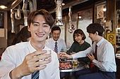 한국인, 남성, 직원모임, 비즈니스맨 (사업가), 회식, 연말, 새해 (홀리데이), 송년회 (파티), 신년회, 신입사원 (화이트칼라), 미소, 건배, 만족, 소주 (증류주), 소주잔