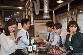 한국인, 남성, 직원모임, 비즈니스맨 (사업가), 회식, 연말, 새해 (홀리데이), 송년회 (파티), 신년회, 신입사원 (화이트칼라), 미소, 건배, 아첨꾼