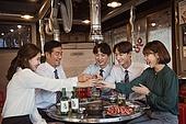 한국인, 남성, 직원모임, 비즈니스맨 (사업가), 회식, 연말, 새해 (홀리데이), 송년회 (파티), 신년회, 신입사원 (화이트칼라), 미소, 건배, 동료 (역할), 즐거움