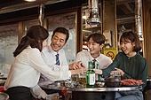 한국인, 남성, 직원모임, 비즈니스맨 (사업가), 회식, 연말, 새해 (홀리데이), 송년회 (파티), 신년회, 신입사원 (화이트칼라), 미소, 건배, 동료 (역할)