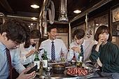 한국인, 직원모임, 비즈니스맨 (사업가), 회식, 연말, 새해 (홀리데이), 송년회 (파티), 신년회, 신입사원 (화이트칼라), 미소, 건배, 무관심, 지루함 (컨셉)