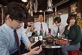 한국인, 직원모임, 비즈니스맨 (사업가), 회식, 연말, 새해 (홀리데이), 송년회, 신년회, 신입사원 (화이트칼라), 미소, 건배, 무관심, 지루함 (컨셉)