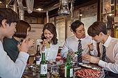 한국인, 직원모임, 비즈니스맨 (사업가), 회식, 연말, 새해 (홀리데이), 송년회, 신년회, 신입사원 (화이트칼라), 미소, 건배, 동료 (역할), 꾸중 (말하기)