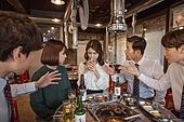 한국인, 남성, 직원모임, 비즈니스맨 (사업가), 회식, 연말, 새해 (홀리데이), 송년회 (파티), 신년회, 신입사원 (화이트칼라), 미소, 건배, 동료 (역할), 즐거움, 폭탄주, 물리적압력 (컨셉)