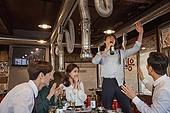 한국인, 남성, 직원모임, 비즈니스맨 (사업가), 회식, 연말, 새해 (홀리데이), 송년회 (파티), 신년회, 술취함 (물체묘사), 신입사원 (화이트칼라), 미소, 건배, 동료 (역할), 즐거움, 장기자랑, 노래 (말하기)