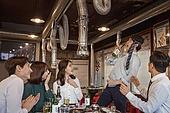 한국인, 남성, 직원모임, 비즈니스맨 (사업가), 회식, 연말, 새해 (홀리데이), 송년회, 신년회, 술취함 (물체묘사), 신입사원 (화이트칼라), 미소, 건배, 동료 (역할), 즐거움, 장기자랑, 노래 (말하기)