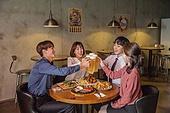 한국인, 화이트칼라 (전문직), 회식, 연말, 맥주 (술), 동료 (역할), 송년회, 맥주잔, 건배, 미소