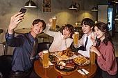 한국인, 화이트칼라 (전문직), 회식, 연말, 맥주 (술), 동료 (역할), 송년회, 셀프카메라, 스마트폰