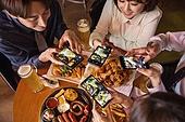 한국인, 화이트칼라 (전문직), 회식, 연말, 맥주 (술), 동료 (역할), 송년회, 스마트폰, 촬영