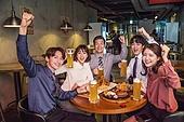 한국인, 화이트칼라 (전문직), 회식, 연말, 맥주, 맥주 (술), 동료 (역할), 송년회, 맥주잔, 건배, 미소, 화이팅