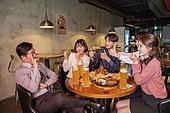 한국인, 화이트칼라 (전문직), 회식, 연말, 맥주 (술), 동료 (역할), 송년회, 맥주잔, 건배, 미소, 넘버원