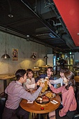 한국인, 화이트칼라 (전문직), 회식, 연말, 맥주, 맥주 (술), 동료 (역할), 송년회, 맥주잔, 건배, 미소