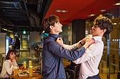 한국인, 송년회, 새해 (홀리데이), 연말, 펍 (바), 회식, 싸움 (신체활동), 술취함 (물체묘사)