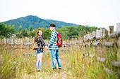 한국인, 남성 (성별), 여성, 하이킹 (아웃도어), 여행, 아웃도어 (레크리에이션), 여유로운주말 (레저활동), 걷기, 등산지팡이, 손잡기 (잡기), 미소, 뒷모습