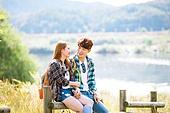 한국인, 남성 (성별), 여성, 하이킹 (아웃도어), 여행, 아웃도어 (레크리에이션), 휴식, 여유로운주말 (레저활동), 미소, 대화, 손잡기 (잡기), 마주보기 (위치묘사)