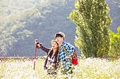 한국인, 남성 (성별), 여성, 하이킹 (아웃도어), 여행, 아웃도어 (레크리에이션), 여유로운주말 (레저활동), 걷기, 등산지팡이, 포인팅 (손짓), 미소