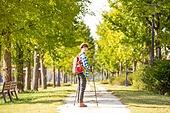 한국인, 하이킹 (아웃도어), 여유로운주말 (레저활동), 혼자여행 (여행), 산책길 (보행로), 산림욕, 걷기, 미소, 바람 (자연현상), 남성, 뒷모습
