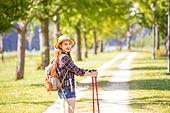 한국인, 여성, 하이킹 (아웃도어), 여유로운주말 (레저활동), 혼자여행 (여행), 산책길 (보행로), 산림욕, 걷기, 미소, 바람 (자연현상)