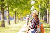 한국인, 여성, 하이킹 (아웃도어), 여유로운주말 (레저활동), 혼자여행 (여행), 산책길 (보행로), 산림욕, 걷기, 미소