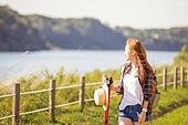 한국인, 여성, 하이킹 (아웃도어), 걷기, 산책길 (보행로), 휴식, 여유로운주말 (레저활동), 미소, 혼자여행 (여행), 강변, 바람