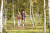 한국인, 남성 (성별), 여성, 하이킹 (아웃도어), 여행, 커플 (인간관계), 아웃도어 (레크리에이션), 여유로운주말 (레저활동), 걷기, 등산지팡이, 자작나무, 숲, 산림욕