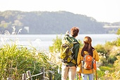 한국인, 남성 (성별), 여성, 하이킹 (아웃도어), 여행, 커플 (인간관계), 아웃도어 (레크리에이션), 여유로운주말 (레저활동), 걷기, 등산지팡이, 풍경 (컨셉), 응시, 강, 강변, 뒷모습, 포인팅 (손짓)