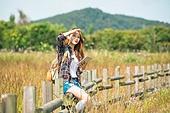 한국인, 여성, 여행, 혼자여행 (여행), 여유로운주말 (레저활동), 디지털태블릿 (개인용컴퓨터), 미소, 햇빛 (빛효과)