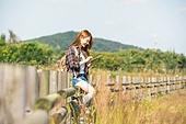 한국인, 여성, 여행, 혼자여행 (여행), 여유로운주말 (레저활동), 디지털태블릿 (개인용컴퓨터), 클릭