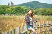한국인, 여성, 여행, 혼자여행 (여행), 여유로운주말 (레저활동), 지도, 미소