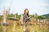 한국인, 여성, 여행, 혼자여행 (여행), 여유로운주말 (레저활동), 디지털태블릿 (개인용컴퓨터), 인터넷서핑 (격언)