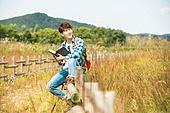 한국인, 여행, 혼자여행 (여행), 여유로운주말 (레저활동), 휴식, 책, 남성, 미소, 만족