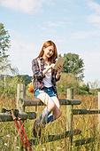 한국인, 여성, 여행, 혼자여행 (여행), 여유로운주말 (레저활동), 디지털태블릿 (개인용컴퓨터), 인터넷서핑 (격언), 미소