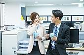 한국인, 사무실 (업무현장), 비즈니스, 미소, 좌석 (가구), 동료 (역할), 팔짱[혼자] (몸의 자세), 대화, 휴식, 커피 (뜨거운음료)