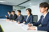 한국인, 인터뷰 (사건), 면접관, 채용 (고용문제), 구직 (실업), 비즈니스, 불만, 질문하는 (대화), 걱정 (어두운표정), 응시 (감각사용)