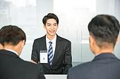 한국인, 남성, 청년 (성인), 인터뷰 (사건), 정장, 대화, 사무실 (업무현장), 자신감