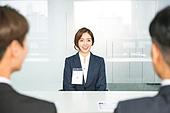 한국인, 청년 (성인), 인터뷰 (사건), 정장, 대화, 사무실 (업무현장), 미소, 자신감, 여성